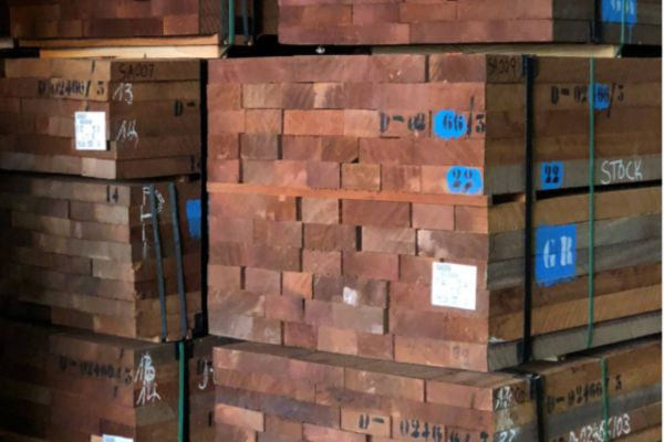 lote de madeira pronto para a venda